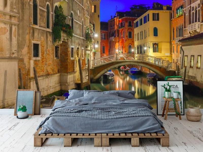 Fototapet natt lateral kanal och bro i Venedig