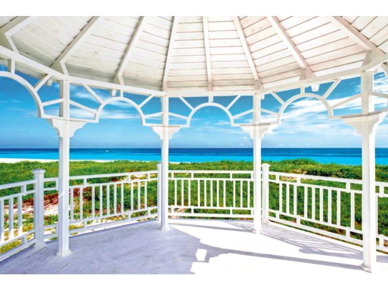 Fototapet Sikt av den härliga stranden av Varadero i Kuba från en vit sjöträdpaviljong