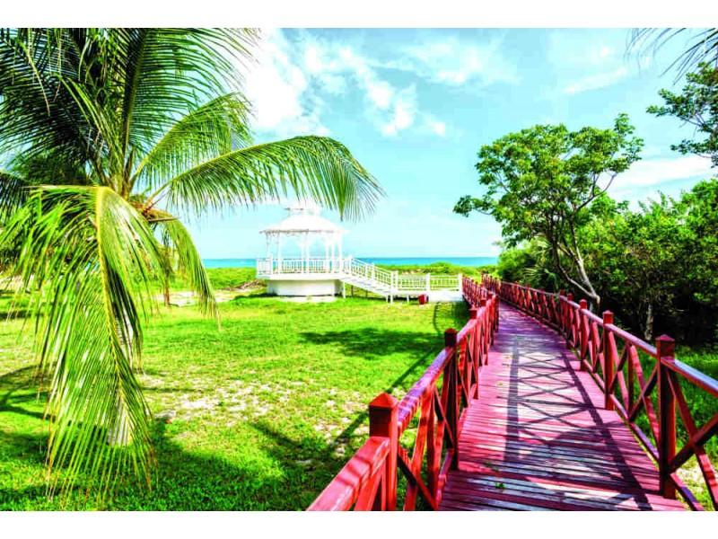 Fototapet trägångbana till stranden av Varadero i Kuba (80820613)