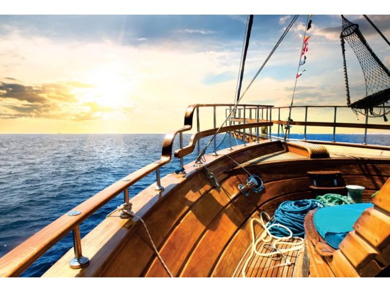 Fototapet trä segelbåt i havet vid soluppgång